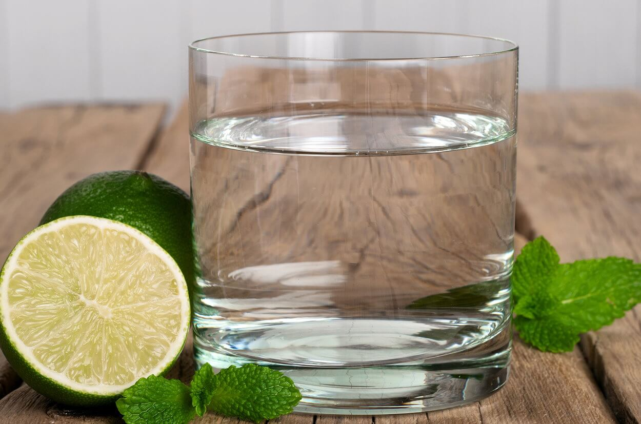 bigstock-Glass-Of-Water-With-Lime-And-M-111584432 cropped compressed